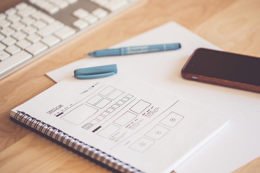 Designer arbetar med webbdesign